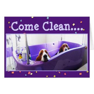 紫色の浴槽のおもしろいなバースデー・カードw/Bassets カード
