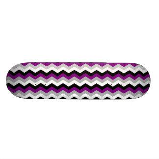 紫色の灰色白の黒のシェブロンのジグザグ形のレトロ オリジナルスケートボード