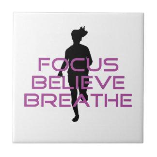 紫色の焦点は呼吸します信じます タイル