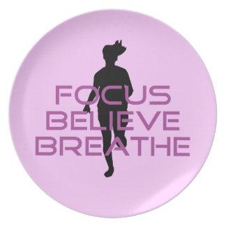 紫色の焦点は呼吸します信じます プレート