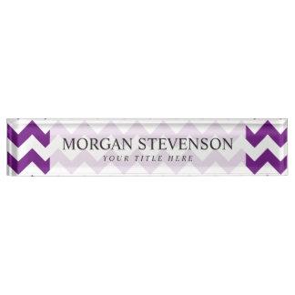 紫色の白いジグザグ形のストライプなシェブロンパターン デスクネームプレート