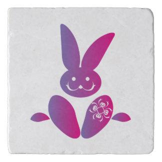 紫色の着席の微笑のイースターのウサギへのピンク トリベット