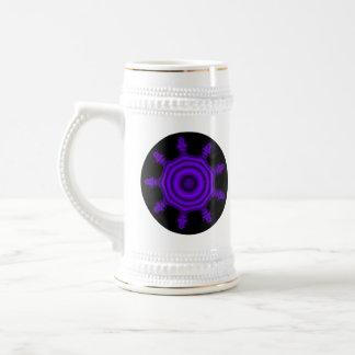 紫色の破烈。 フラクタルの芸術。 紫色および黒 ビールジョッキ
