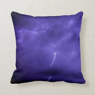 紫色の空の稲妻の装飾用クッション クッション