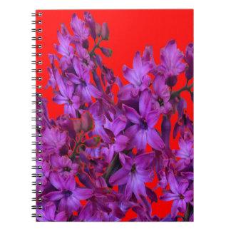 紫色の紫色のHyacinthの赤い花のギフト ノートブック