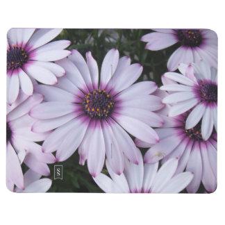 紫色の背景が付いている薄紫の花 ポケットジャーナル