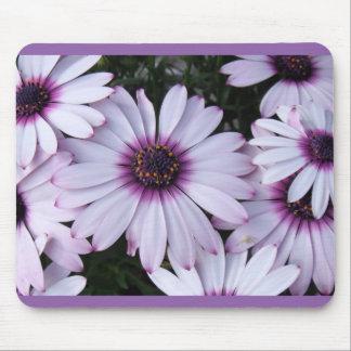 紫色の背景が付いている薄紫の花 マウスパッド