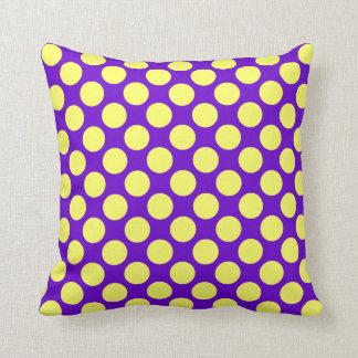 紫色の背景が付いている黄色い水玉模様 クッション