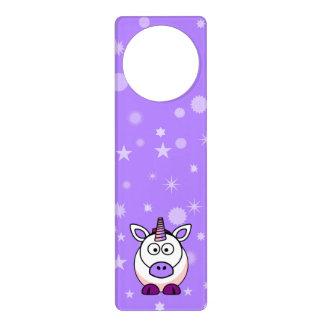 紫色の背景とのかわいい漫画のユニコーン ドアノブプレート