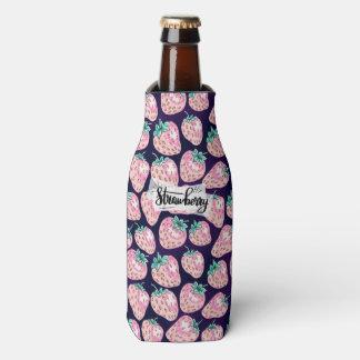 紫色の背景のピンクのいちご ボトルクーラー