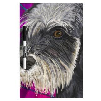 紫色の背景を持つ白黒シュナウツァー ホワイトボード