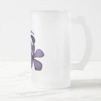 紫色の花によって曇らされるマグ フロストグラスビールジョッキ