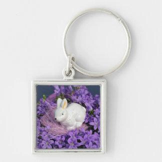 紫色の花のイースターのウサギ キーホルダー