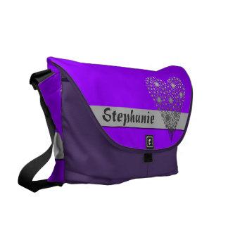紫色の花のハートのかわいい名前をカスタムするのメッセンジャーバッグ クーリエバッグ