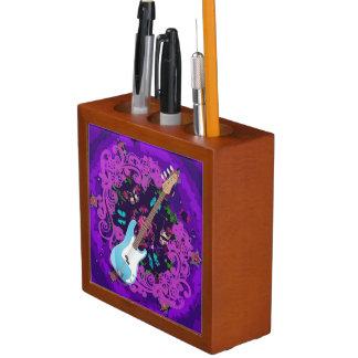 紫色の花の青いベースギターの机のオルガナイザー ペンスタンド