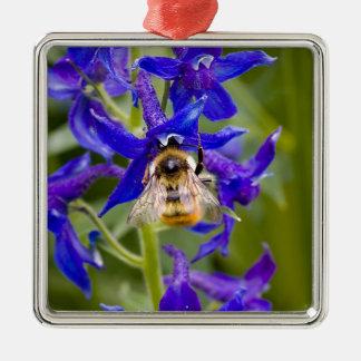 紫色の花の《昆虫》マルハナバチ シルバーカラー正方形オーナメント