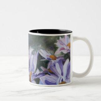 紫色の花びらのマグ ツートーンマグカップ