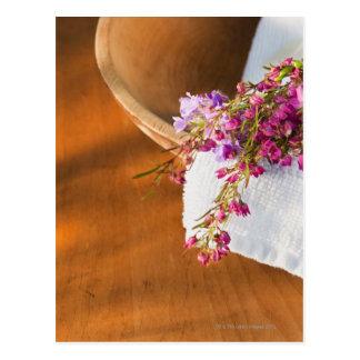 紫色の花、タオルおよび木の静物画 ポストカード