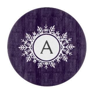紫色の華美で白い雪片のモノグラム カッティングボード