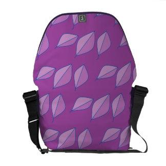 紫色の葉の抽象芸術 クーリエバッグ