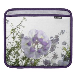 紫色の藤によってはつる植物の自然の花柄の写真が開花します iPadスリーブ