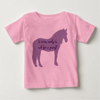 紫色の赤ん坊は子馬がほしいと思います ベビーTシャツ