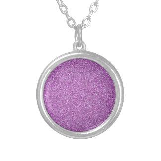 紫色の輝きの背景はあなた専有物を加えます シルバープレートネックレス