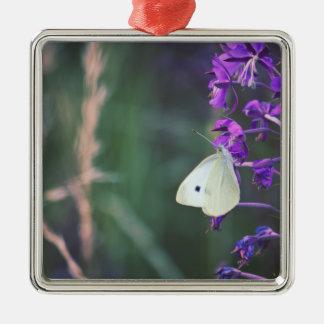 紫色の野生の花の白い蝶 メタルオーナメント