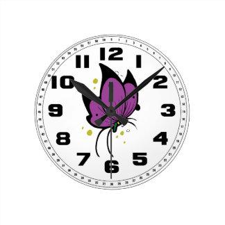 紫色の黒によって満たされるFreckled蝶 ラウンド壁時計