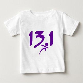 紫色の13.1の半マラソン ベビーTシャツ