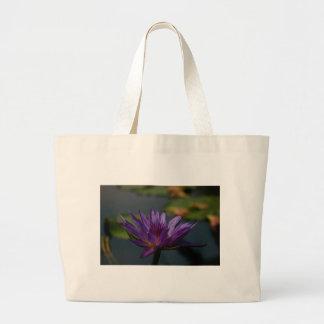 紫色の《植物》スイレン ラージトートバッグ