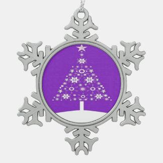 紫色のBackgrで雪片から成っているクリスマスツリー スノーフレークピューターオーナメント