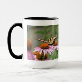 紫色のConeflowerのトラのアゲハチョウ マグカップ