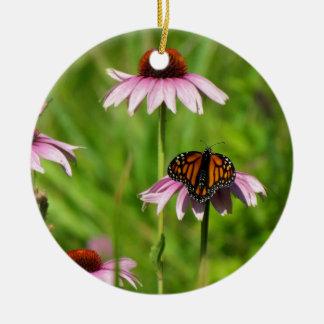 紫色のconeflowerのマダラチョウ セラミックオーナメント