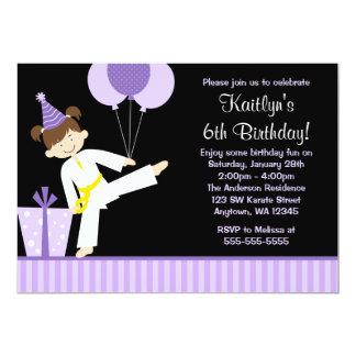 紫色はテコンドーの空手の女の子の誕生日を風船のようにふくらませます カード