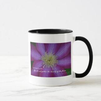 紫色クレマチスのRabindranath Tagoreの引用文 マグカップ