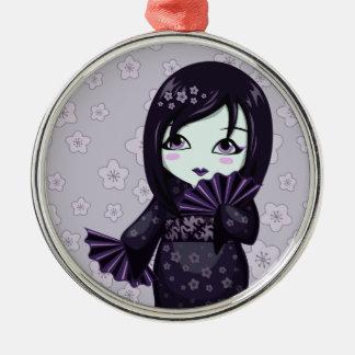 紫色ファンが付いているかわいい芸者の黒の着物 メタルオーナメント