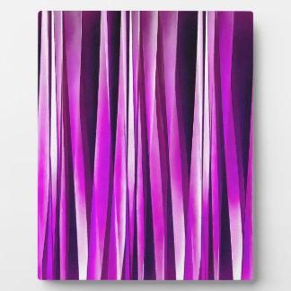 紫色プラムおよびおよびバーガンディのStripyラインパターン フォトプラーク