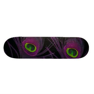 紫色及び緑の孔雀の羽のコラージュ スケートボード
