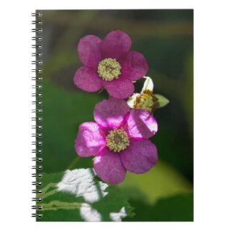 紫色花盛りのラズベリーの野生の花のノート ノートブック