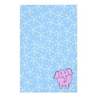 紫色象の漫画。 青い花の背景 便箋