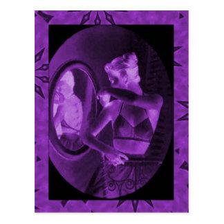 紫色鏡を見るヴィンテージのコルセット ポストカード