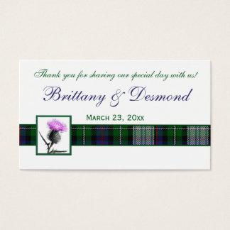 紫色、緑、白いタータンチェックおよびアザミのメッセージカード 名刺