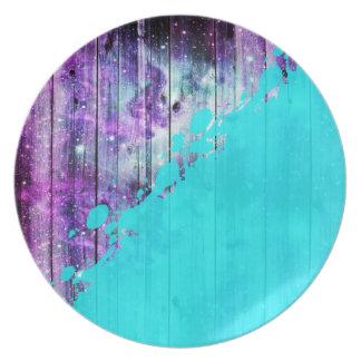 紫色、青い、およびティール(緑がかった色)の木製の板及びペンキの(ばちゃばちゃ)跳ねる プレート