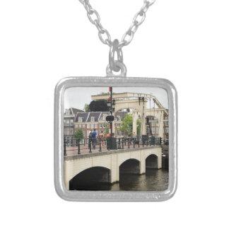 細い橋、アムステルダム、オランダ シルバープレートネックレス