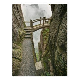 細道および小さい橋の黄色い山、 ポストカード
