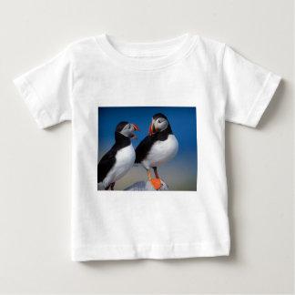 組のツノメドリ鳥 ベビーTシャツ