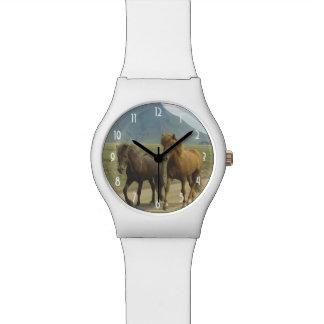 組のブラウンのアイスランド人の子馬 腕時計