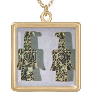 組のワシ型のブローチ(金属およびエナメル) ゴールドプレートネックレス