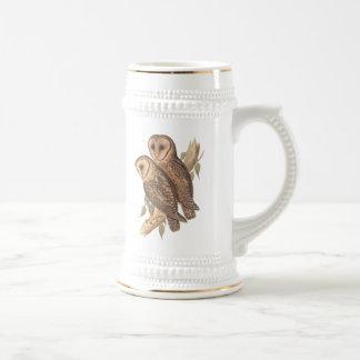 組の枝(絵画)の覆われたメンフクロウ。 ビールジョッキ